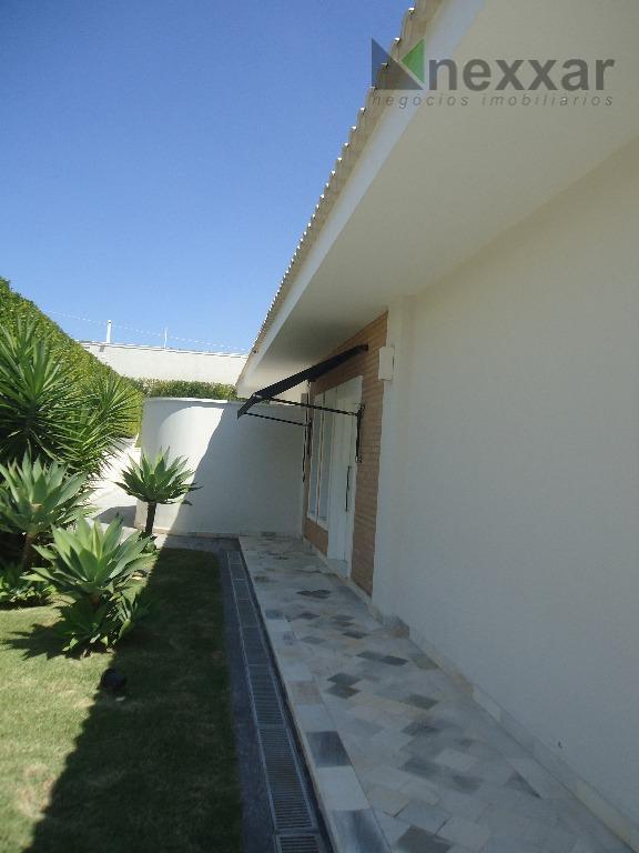 casa térrea com fino acabamento, c/ 4 suítes, sendo 2 c/ armários e uma master, living...