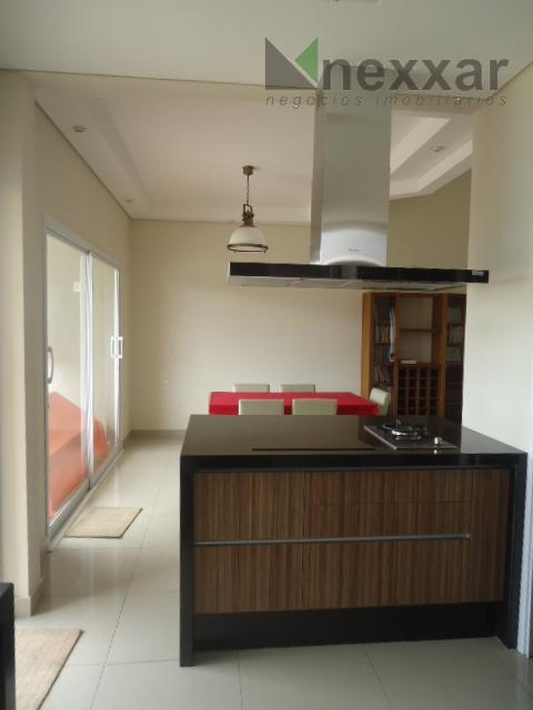 casa com sala de estar, de tv, de jantar, escritório, varanda, cozinha e lavanderia com armários,...