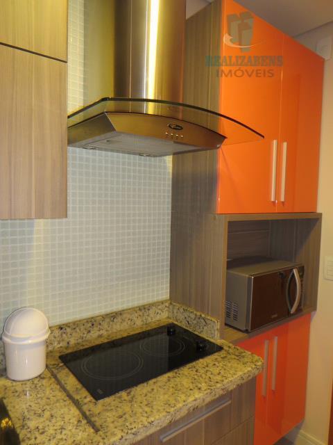 Cozinha com cooktop e coifa