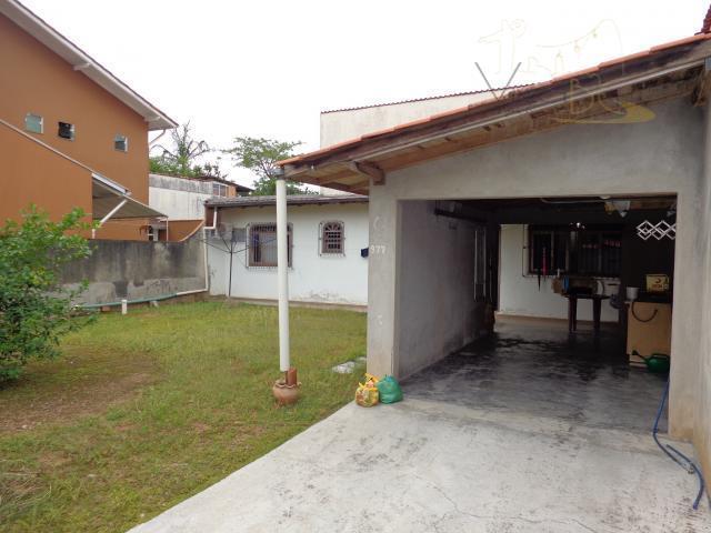 Ótima casa com 2 dormitórios, 2 vagas de garagens com amplo terreno