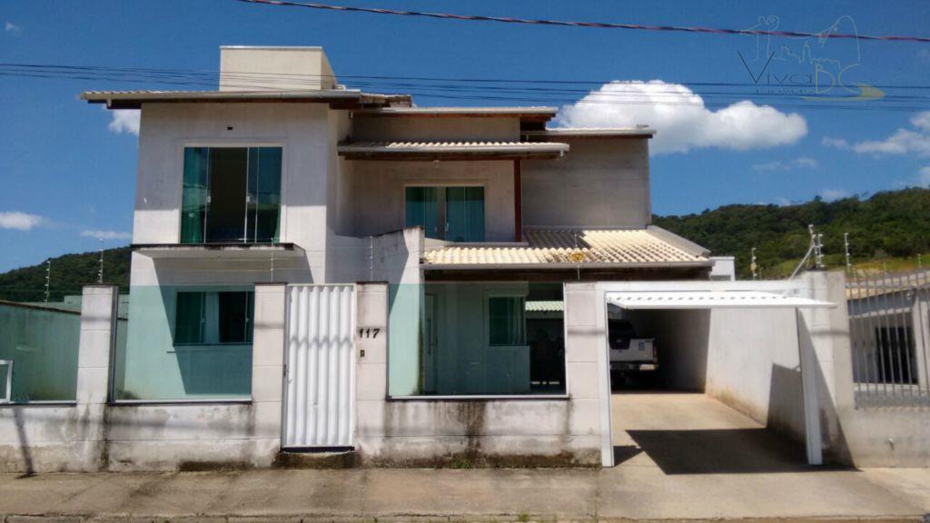 Ótima Casa de 2 Pavimentos com 4 Dormitórios e vaga para 2 Carros em Camboriú pronta para morar.