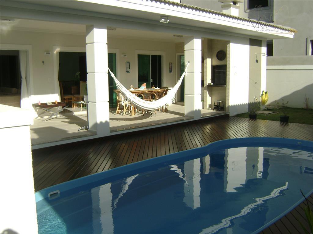 Ótima Casa em Condomínio Fechado com 3 Suítes, 2 Vagas, piscina e edícula em Balneário Camboriú.