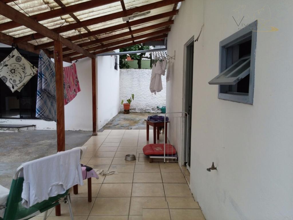 vende-se2°quadra do marbalneário camboriù sccasa:ótima casa mista no centro de balneário camboriú ,sendo dois quartos,cozinha,churrasqueira,um quarto...