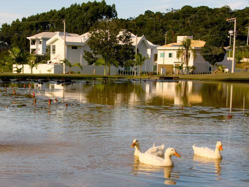 Cond. Haras do Rio do Ouro - 450 m²  Lote 100, com área de lazer completa.