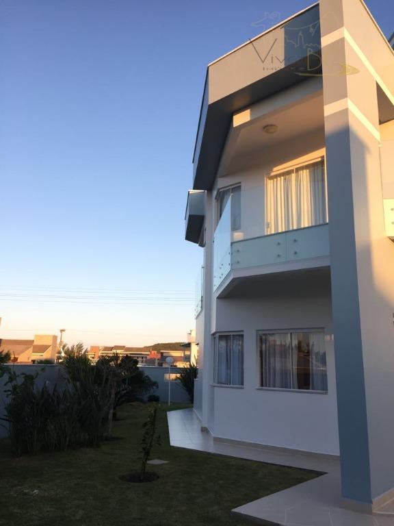 Maravilhosa Casa com 2 Pavimentos mais Terraço, possui 3 Dormitórios, sendo 1 Suíte, 3 Vagas, a 100 Metros do Mar, Mobiliada.