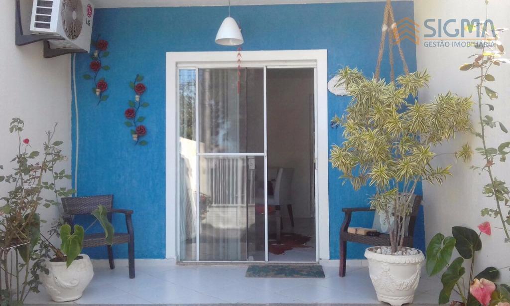 casa duplex, sala com modulado, banheiro social com pia em granito, cozinha com armários, área de...