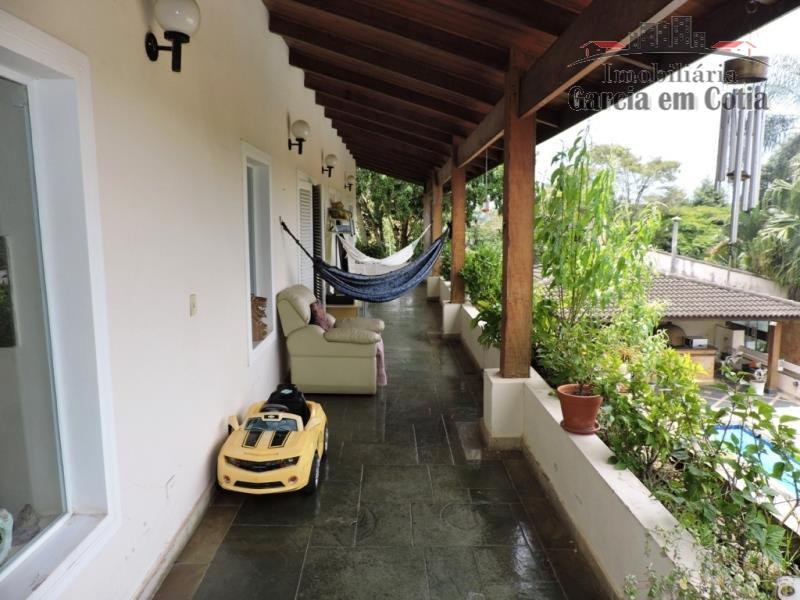 casa completa, grande e avarandada, ocupando 3 lotes;em rua tranquila e arborizada com acesso pela portaria...
