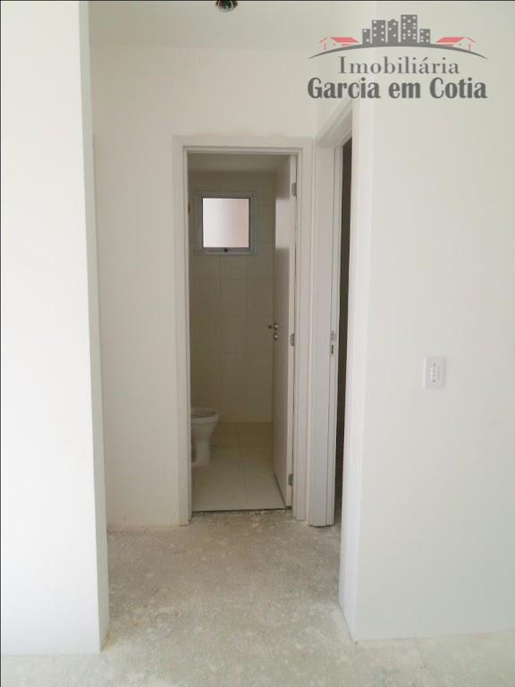 excelente apartamento com 02 dormitórios, sala, varanda,banheiro, cozinha, lavanderia e 01 vaga de garagem coberta.no km...