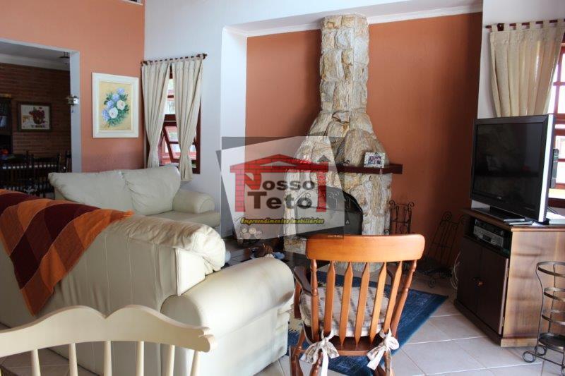 bela casa com 4 suítes sendo 1 com hidro, sala de lareira, sala de jantar, sala...