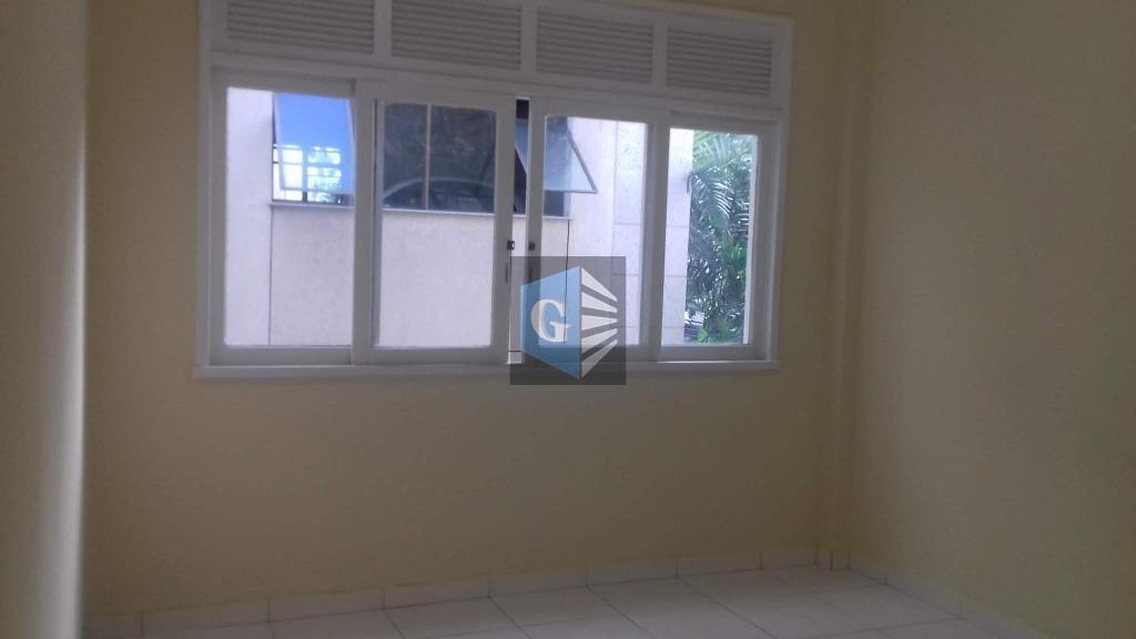 quadra da praia de icarai. amplo apto. com 03 quartos, armários, cozinha, area, dependencias. não tem...