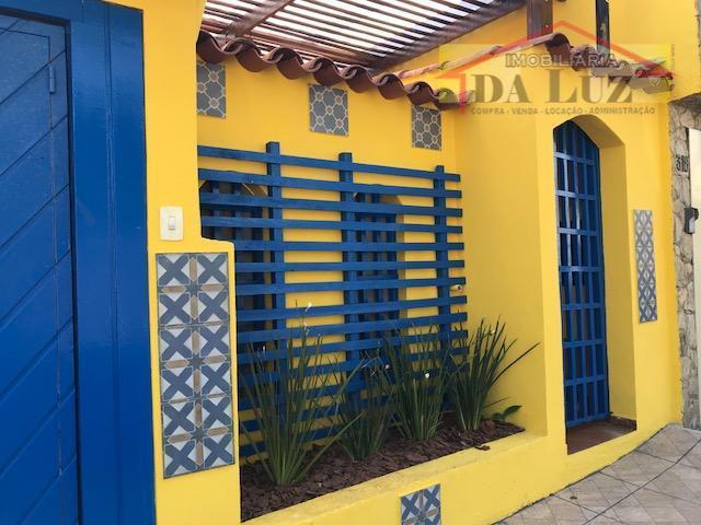 casa térrea de rua; portão eletrônico e portão entrada pedestre, garagem para 2 veículos grandes. área...