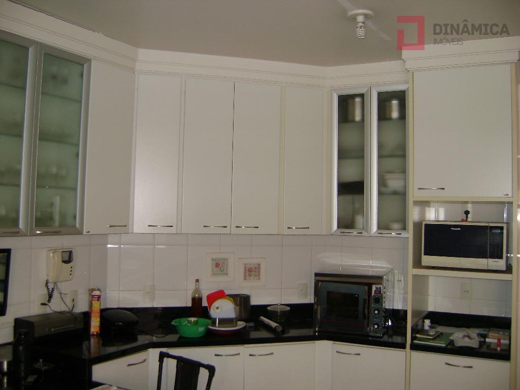 hall social; sala de estar, sala de jantar, lavabo, sala de tv c/ painel de madeira;...