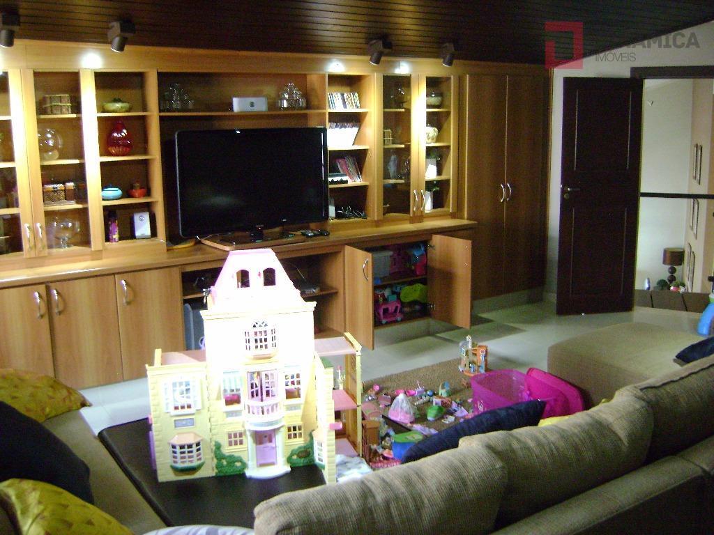 piso térreo: sala p/ vários ambientes, lavabo; cozinha planejada, área de serviço c/ armários, despensa completa;...