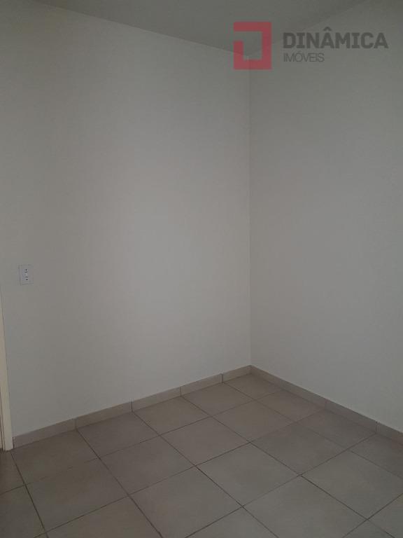 02 quartos (01 com armário embutido) sala, sacada, cozinha planejada, wc social com blindex e gabinete,...