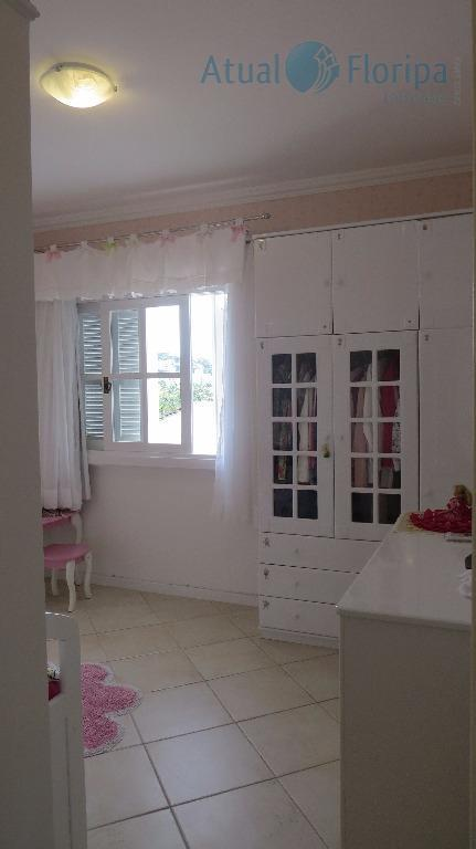 casa de dois pavimentos, 4 dormitórios, sendo duas suítes, uma master com sacada. sala em dois...