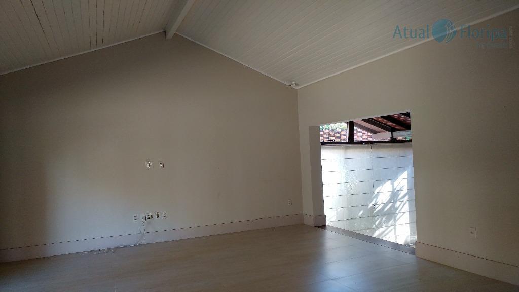 linda casa em condomínio fechado com requintado acabamento; todos os cômodos são amplos, o terreno é...
