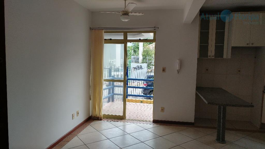 num local de beleza singular, temos esse apartamento térreo, com vista para a lagoa, com sala...