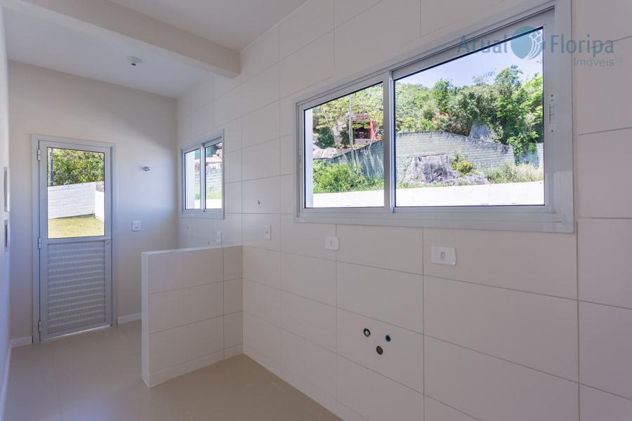 linda casa térrea no bairro cachoeira do bom jesus em florianópolis, amplo terreno de 365m². 3...
