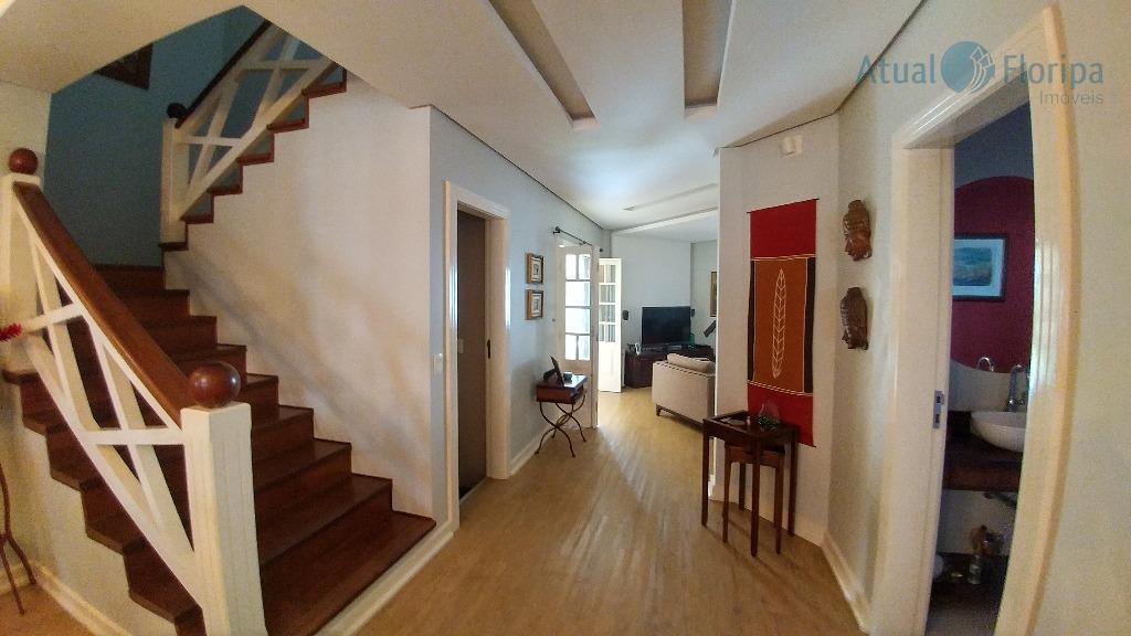 casa de alto padrão, com ótimo estado de conservação, muito bem planejada, o espaço interior é...