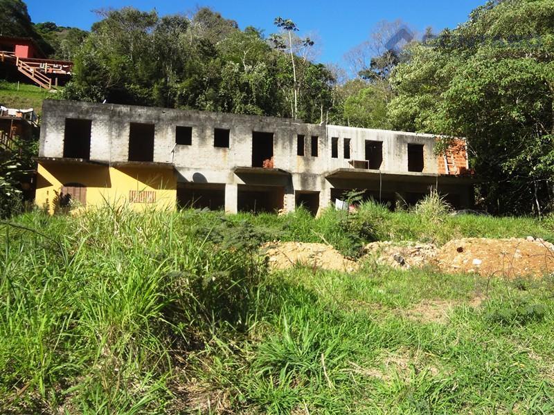terreno com 1.200 m². com uma construção inacabada com 07 cômodos e garagem para 02 carros...