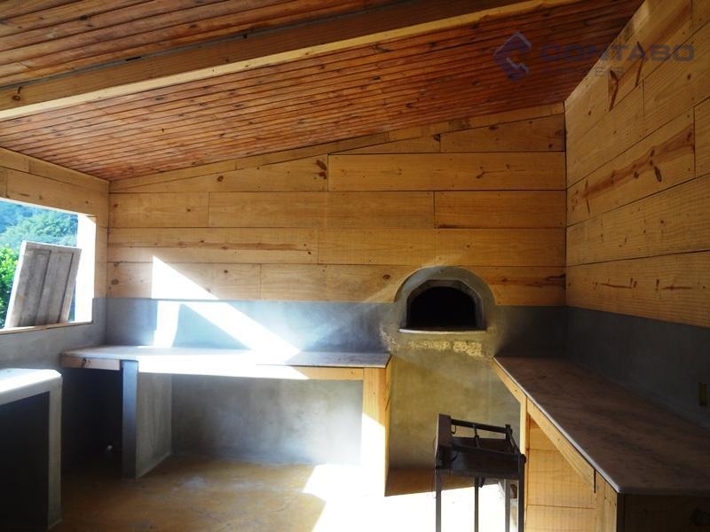 04 quartos, ampla sala em l com lareira, 03 banheiros, cozinha, área de serviço. área externa...