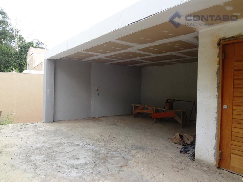 casa em estilo moderno bem edificada e em fase final de obra. 03 suítes, 03 salas,...