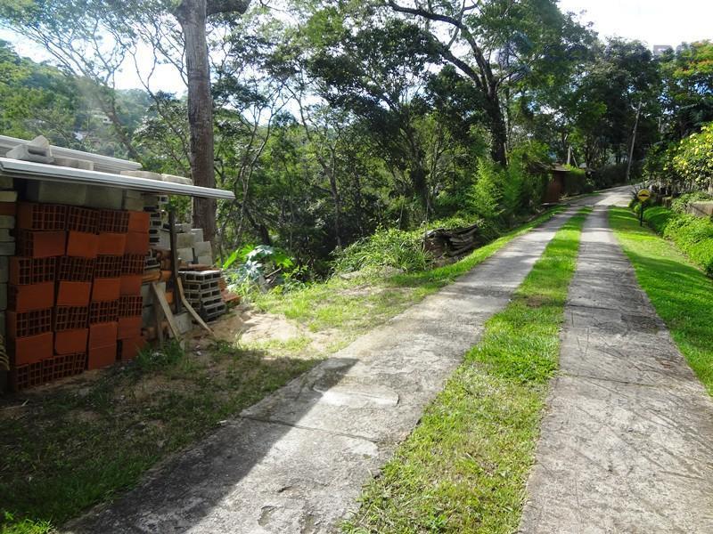 terreno com 2.000 m² em aclive com rampa de entrada pronta.condomínio com área de lazer com...