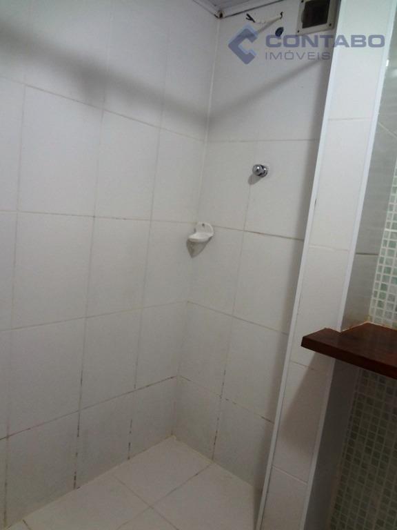 composta de 03 quartos, sala, cozinha, banheiro e área de serviço. ônibus na porta. 05 minutos...