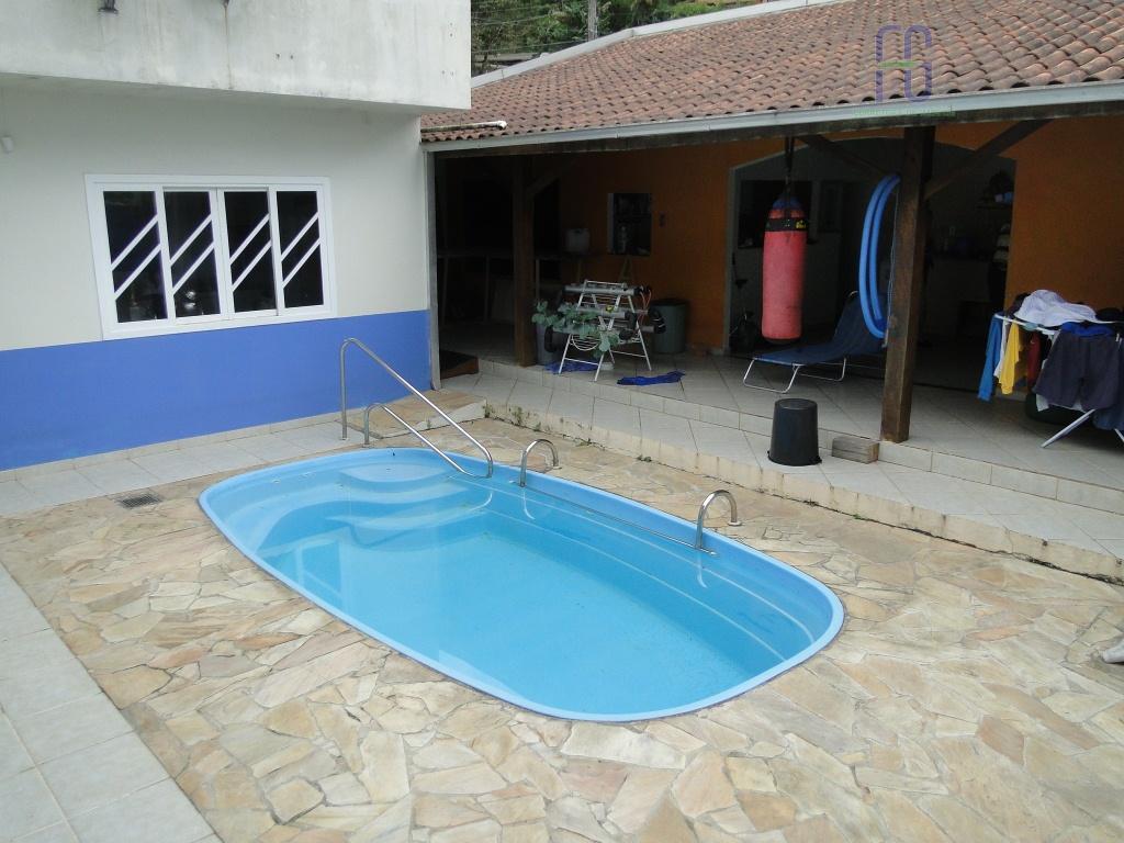 excelente casa em alvenaria, com edícula e piscina.localização privilegiada, próximo do comércio em geral. ótima vizinhança...