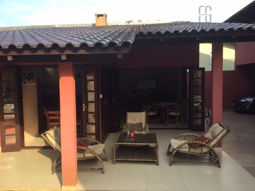casa com dois pavimentos , piscina e quintal, à 300 metros do mar. praia do kilombo...