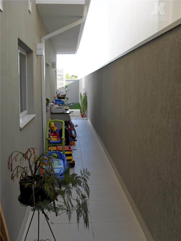 residência totalmente nova em condomínio fechado, revestido com mármore e porcelanato, sauna, piscina e casa com...