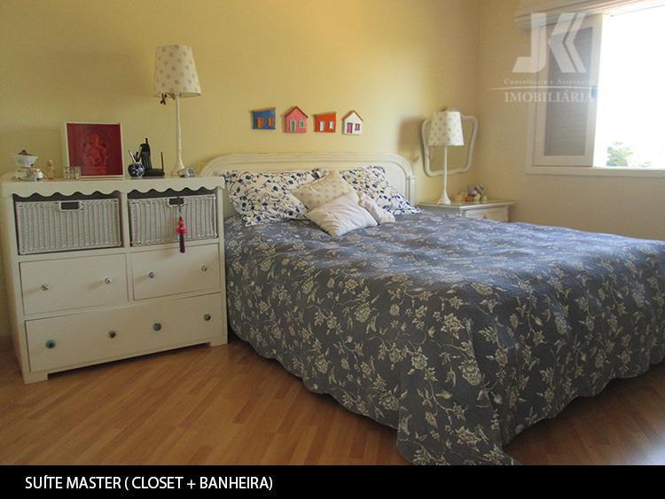 belíssima residencia, mobiliada, com linda vista para a natureza, em um luxuoso condomínio. localizado em um...