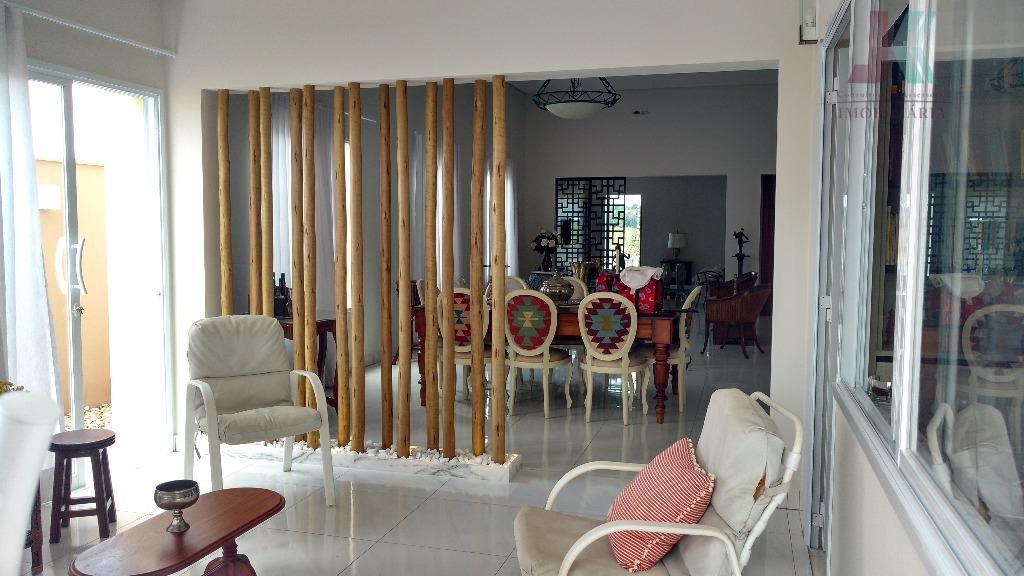 belíssíma casa em condomínio fechado de alto padrão. conforto e charme estrategicamente distribuídos entre sala de...
