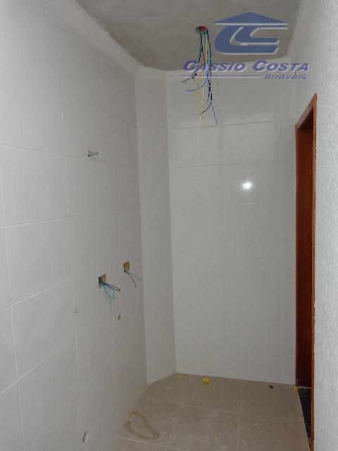 sobrados em condomínio fechado localizado a aproximadamente 650 metros da estação de metrô guilhermina-esperança. unidades com...
