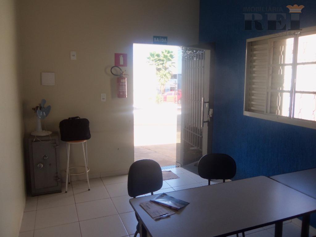 ponto comercial,sala p/ escritório,cozinha,banheiro,pátio p/ estacionamento,área coberta + ou - 48m²,boa localização na avenida.