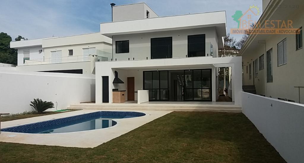 a arquitetura contemporânea encanta, o espelho dágua convida a visitar a casa que atende uma família...