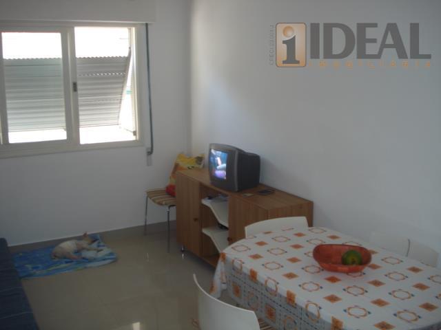 lindo apartamento de 01 dormitório na quadra da praia. todo reformado.sala 02 ambientes em porcelanato.cozinha clara...