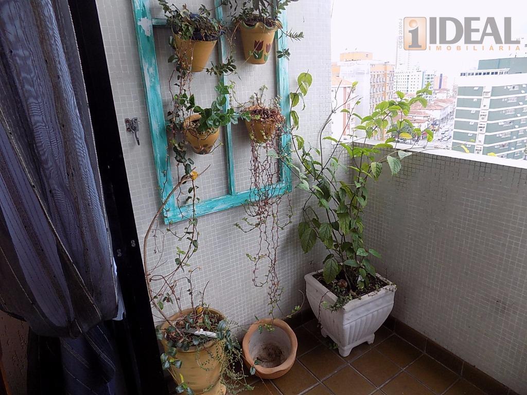 sala para 2 ambientes com piso tabua, vista livre, sacada, cozinha media com armários e luz...