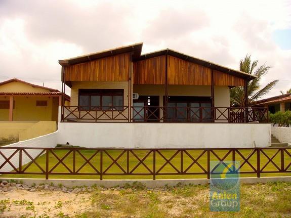 a casa está localizada na praia, com clima perfeito para descanso e relaxamento. cerca de 2...
