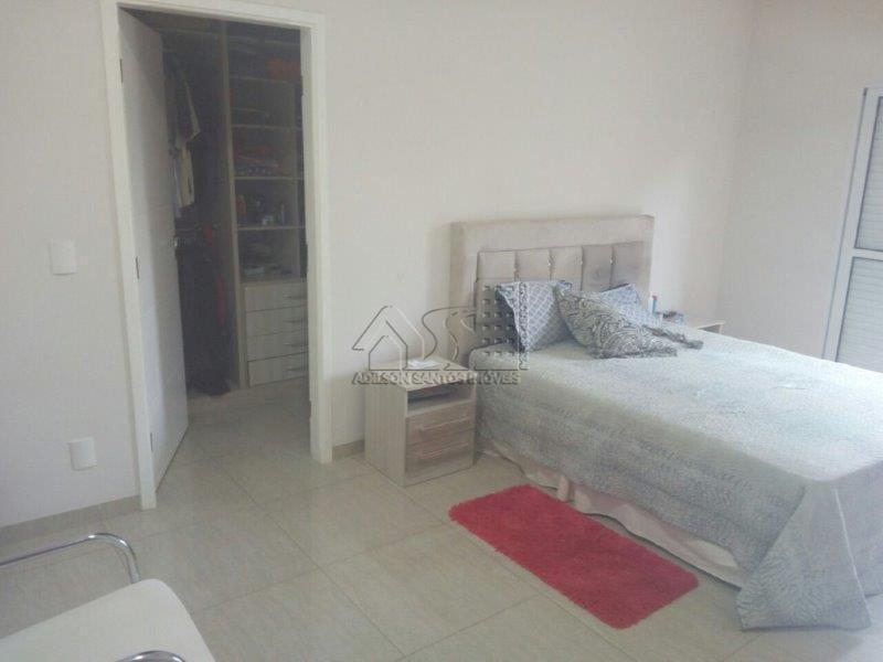 casa condomínio fechado, com 3 dormitórios, sendo  3  suítes, 3 salas, 2 cozinhas, escritório e garagem.