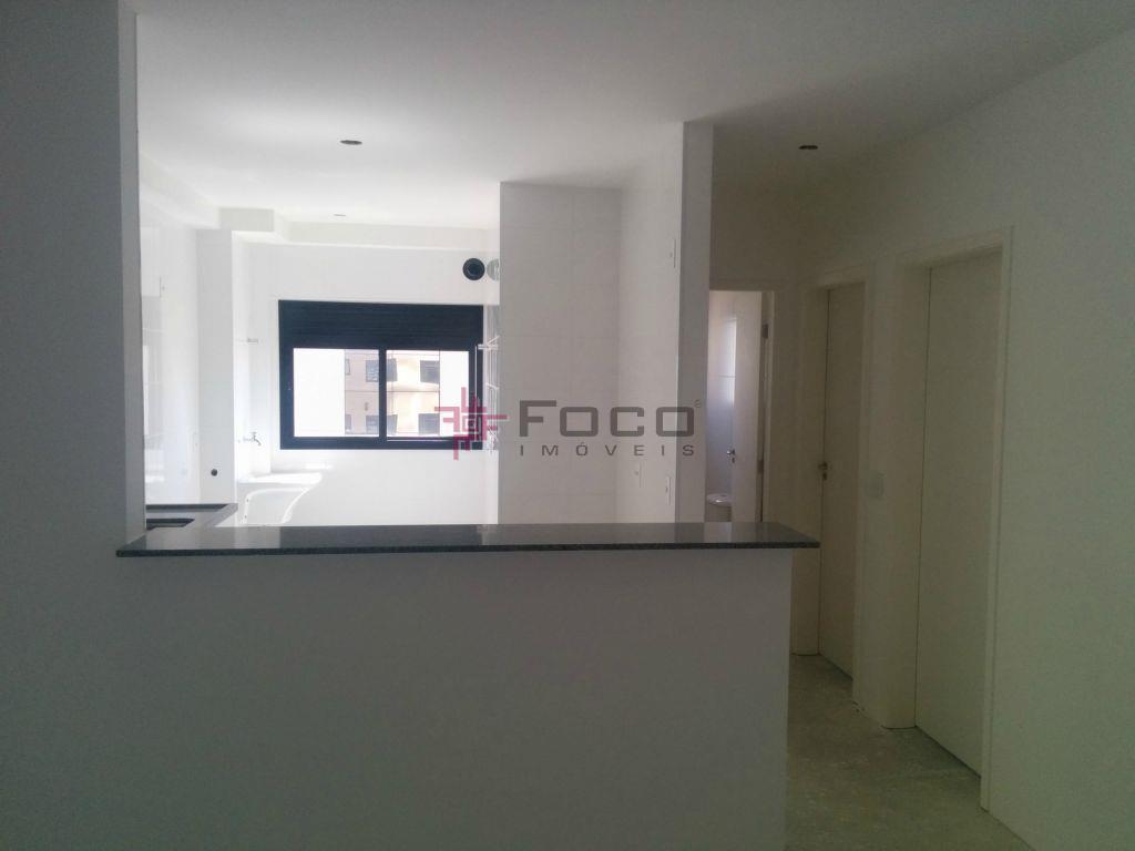 2 dorms (1ste), sala 2 ambientes com cozinha americana, ampla varanda, linda vista para a serra...