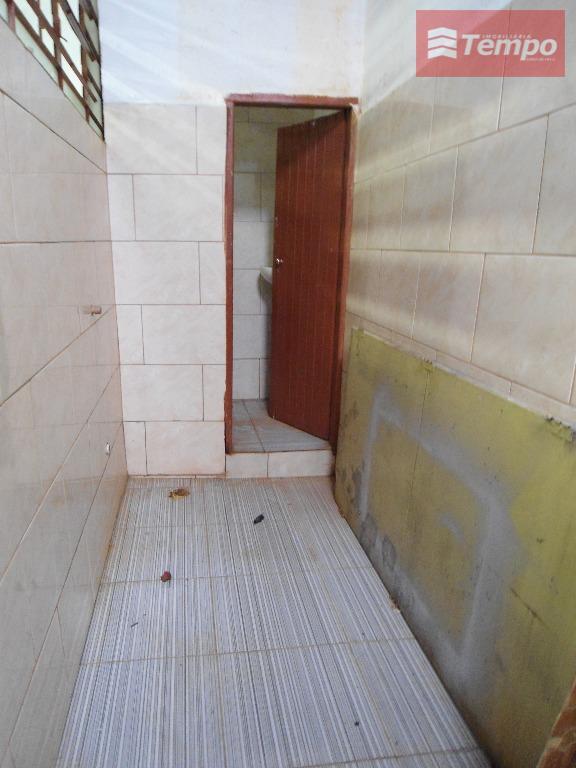 salão comercial com 70m², pé direito 3,00m, energia elétrica trifásica, 02 banheiros, não há estacionamento.