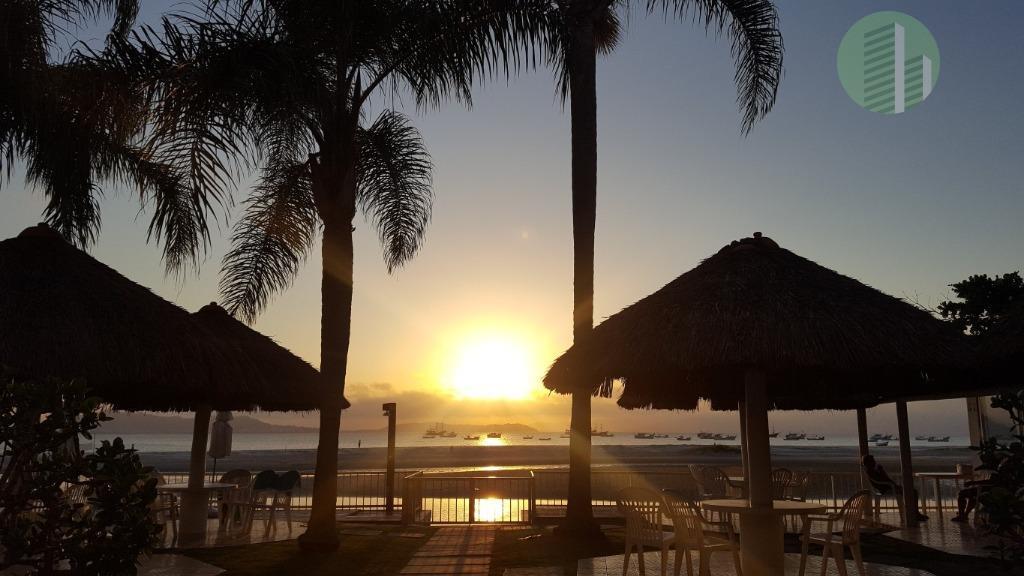 na beira do mar, pé na areia, praia tranquila com o pôr do sol mais bonito...