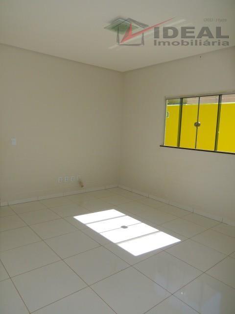 linda residência localizada em rua pavimentada contendo três quartos sendo um suíte, ante sala, sala, cozinha...
