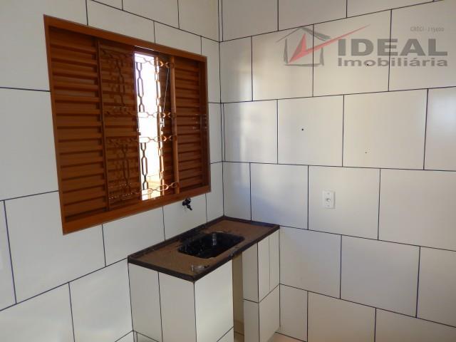 casa contendo um quarto, cozinha, banheiro social e área de serviço. piso com cerâmica e teto...