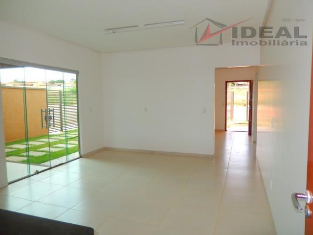 casa localizada em esquina pavimentada contendo três quartos sendo um suíte, sala com hall de ventilação,...
