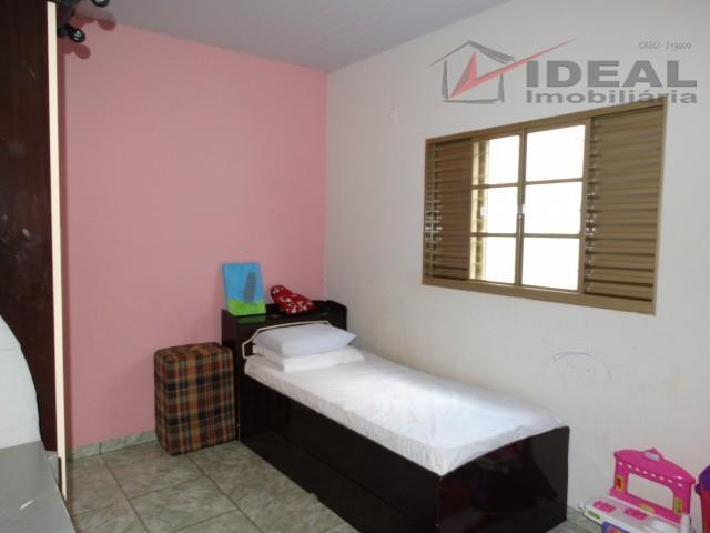 casa localizada em setor próximo ao centro contendo três quartos sendo um suíte, sala, cozinha, banheiro...