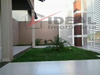 linda residencia localizada em rua pavimentada possuindo 158 m² de área construída com três quartos sendo...