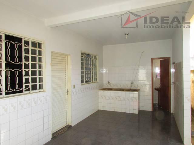 casa localizada em esquina pavimentada possuindo três quartos sendo um suíte, sala ampla para dois ambientes,...