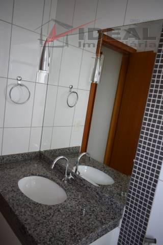 apartamento localizado em rua pavimentada no sexto andar possuindo três quartos sendo um suíte, sala com...